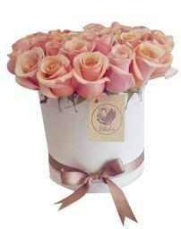 Caja cilíndrica blanca con rosas rosadas