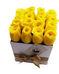 Caja cuadrada blanca con 16 rosas amarillas