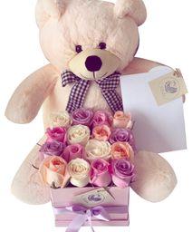 Caja cuadrada rosada 16 rosas rosadas lila y blancas con peluche
